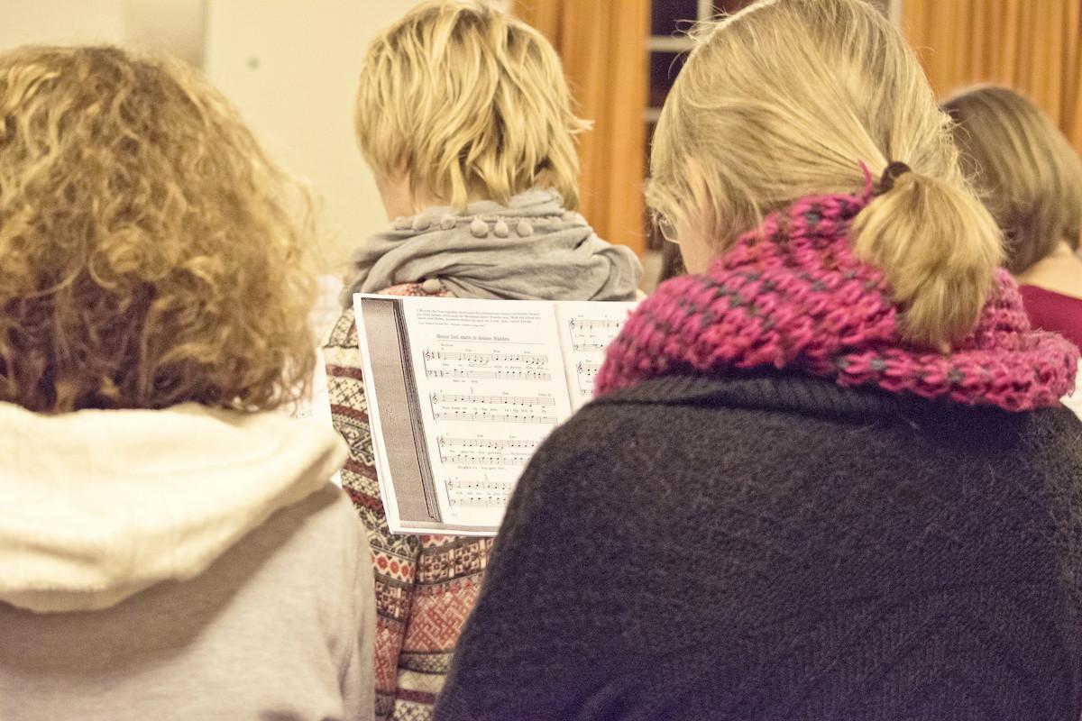 Die Rolle von Frauen in der Kirche war lange auf die Teilnahme an Gottesdiensten und soziales Engagement beschränkt
