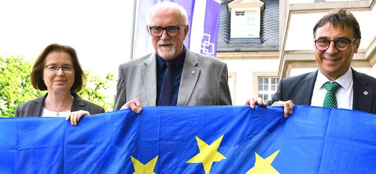 Die stellvertretende Kirchenpräsidentin Ulrike Scherf, Präses Dr. Ulrich Oelschläger und Kirchenpräsident Dr. Dr. h. c. Volker Jung (v.l.n.r.) werben für die Europawahl