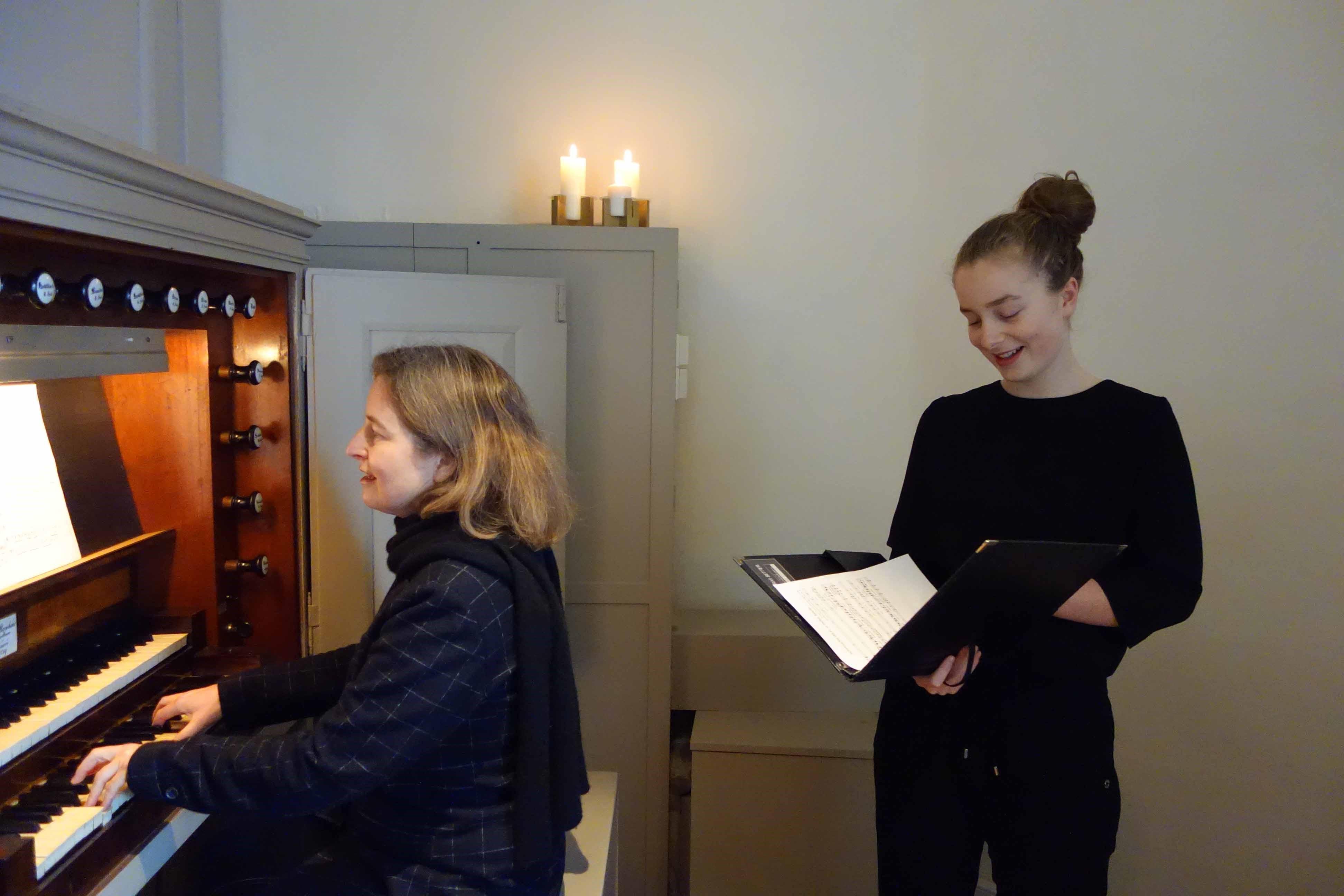 Antonia und Caroline Jacob bei der Aufnahme von Passionsliedern