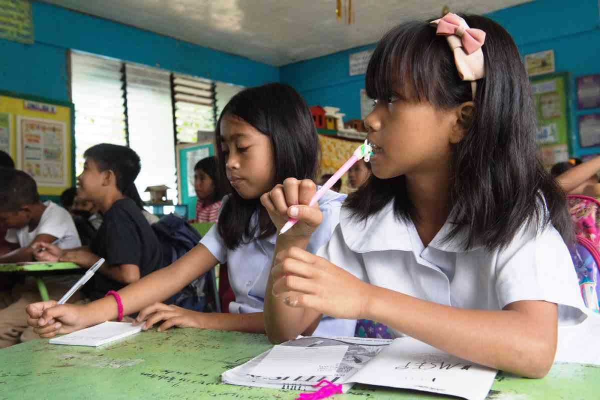 Die Brot für die Welt-Partnerorganisation Quidan Kaisahan ermöglicht Kindern auf der Philippinen-Insel Negros den Schulbesuch und versorgt sie mit den nötigen Schulmaterialien (Foto: Helge Bendl/ Brot für die Welt)