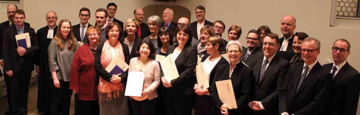 Die 22 neuen Lektorinnen und Lektoren mit ihren Ausbildern, Propst Oliver Albrecht und Dekan Michael Tönges-Braungart (Foto: JM Meier)